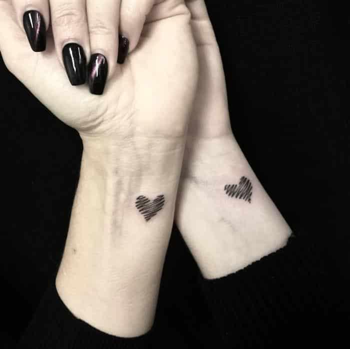 tatuagem coração pequeno no pulso