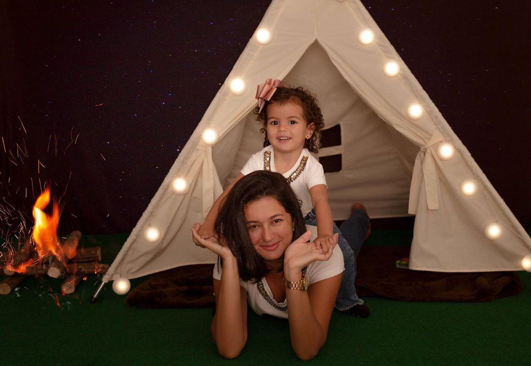 mae e filha na tenda