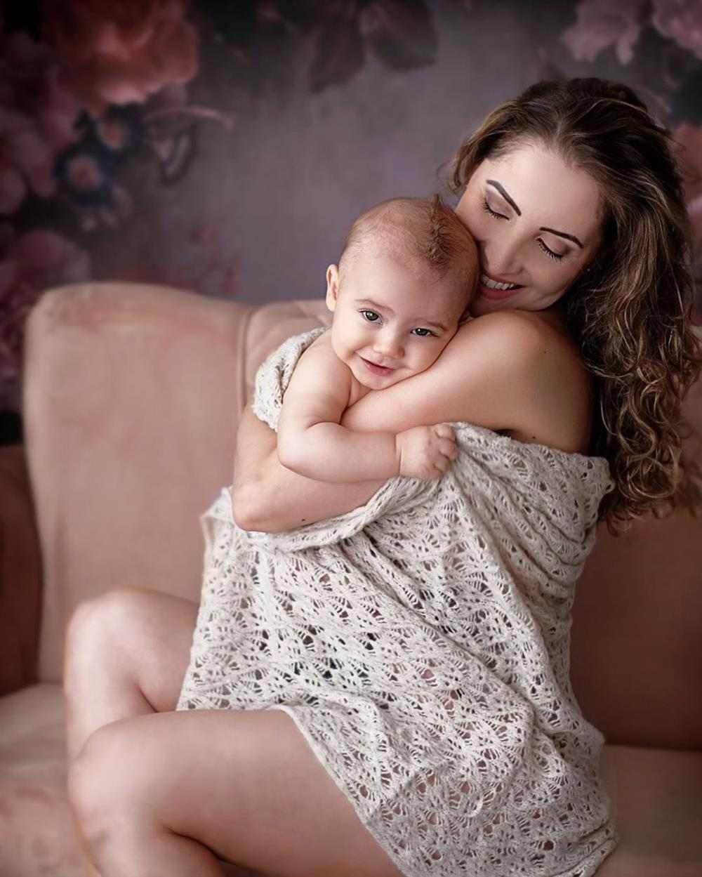 mae abraçada com o bebe