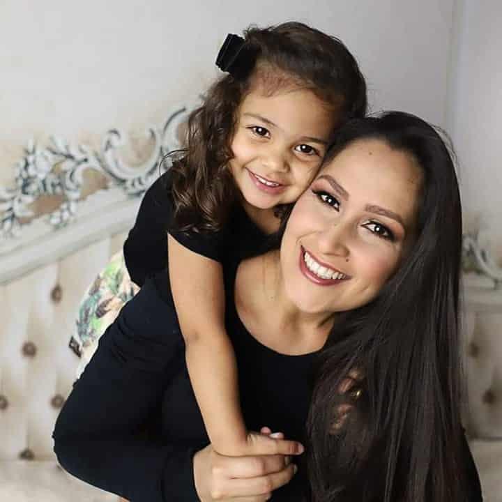 mae abraçando a filha
