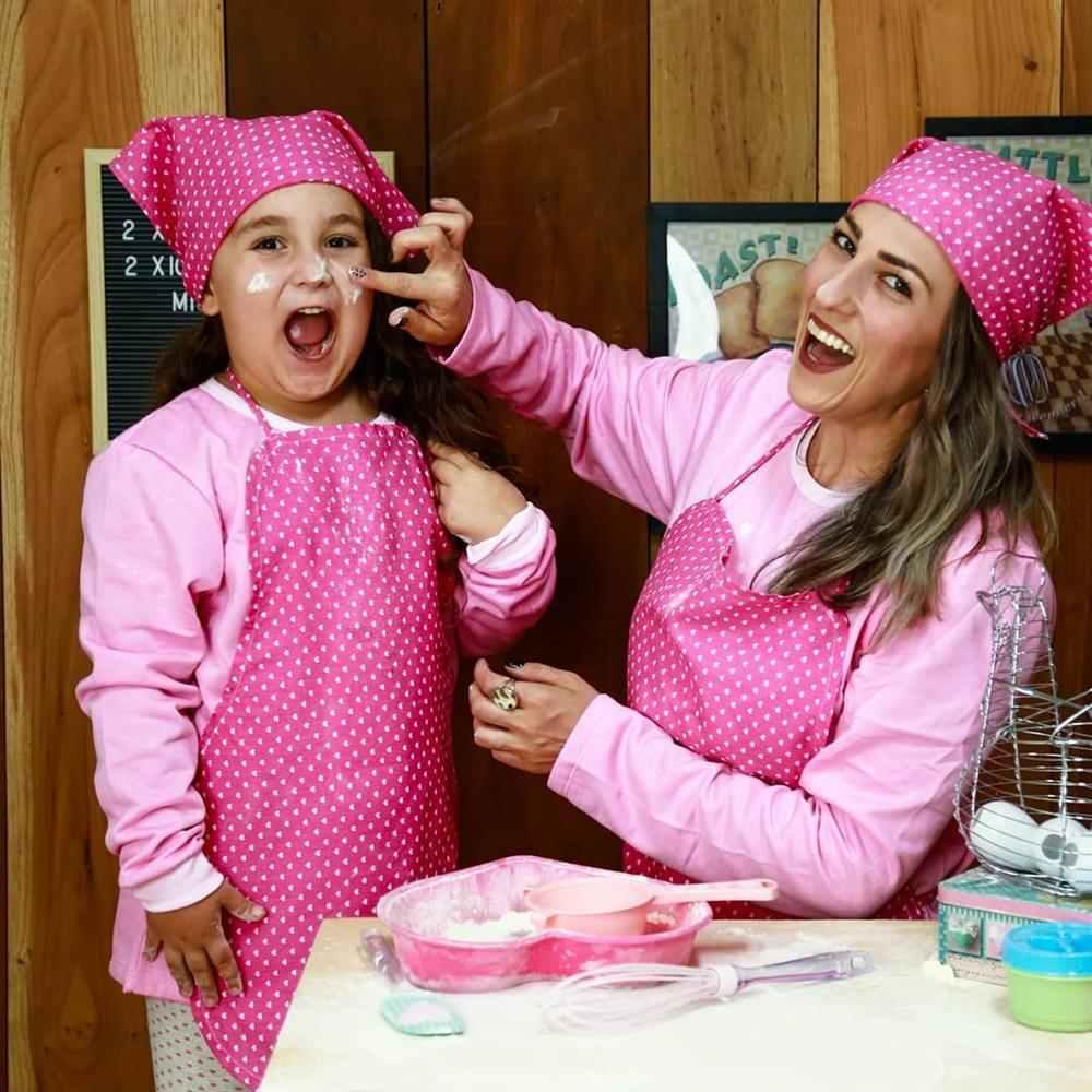 foto mae e filha na cozinha