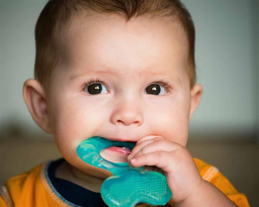 bebê fica enjoado por causa dos dentes
