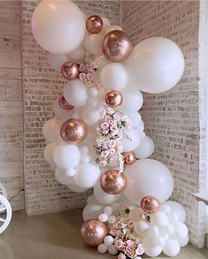decoração com balões branco e dourado