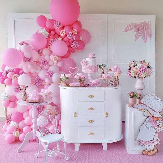 decoração com balões branco e rosa