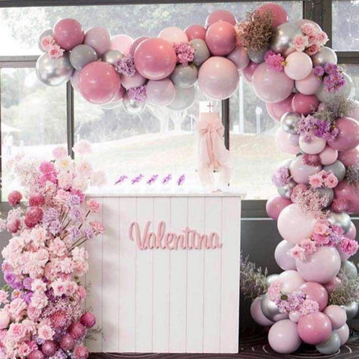 decoração com balões e flores de papel