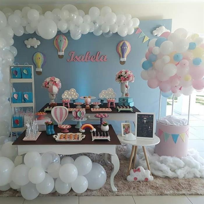decoração com balões em baixo da mesa