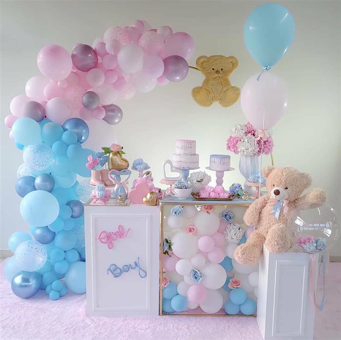 decoração com baloes embaixo da mesa