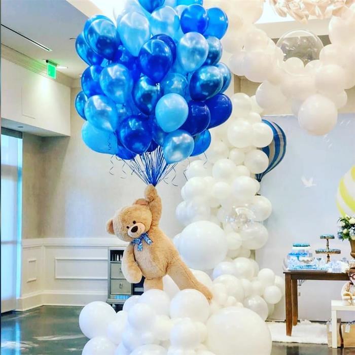 decoração com balões metalizados azul