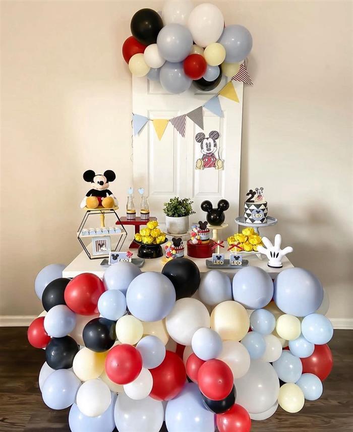 decoração com balões na mesa