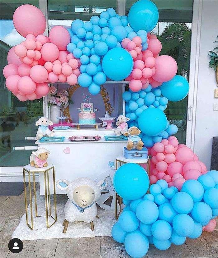decoração com balões rosa e azul
