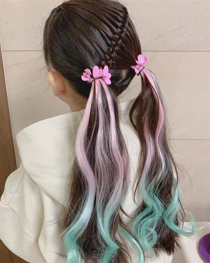 penteado com cabelos coloridos