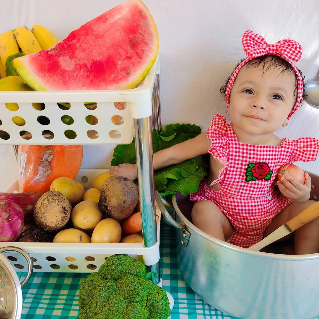 fotos criativas de bebê com frutas